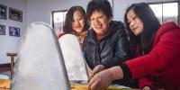 12月7日,沈福珍(中)在公司的非遗展示馆指导职工。新华社记者杨磊摄 - 妇女联合会