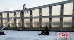 为了打消轻生者顾虑,郑浩坐在雪地里与其攀谈。警方供图 - 江苏新闻网