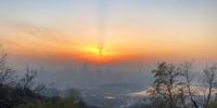 """14日傍晚,南京上空出现罕见的""""龙卷风""""晚霞。随着灰霾南侵,晚霞与""""灰色地带""""形成明显交界线,这样的景象难得一见。 杨颜慈 摄 - 江苏新闻网"""