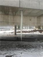 镇江一立交桥下现巨型冰凌 高近4米最粗处超成人手臂 - 新浪江苏