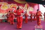 村民彩妆排练节目《开门红》。 朱志庚 摄 - 江苏新闻网