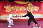 沛公剑传人李凤龙与邻居一起表演《四节镋对枪》。 朱志庚 摄 - 江苏新闻网