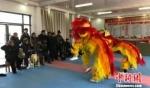 村民们一起排练舞狮节目。 朱志庚 摄 - 江苏新闻网