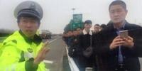 险!大客出故障抛锚高速 44名乘客还坐车上 - 新浪江苏