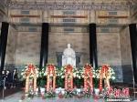 祭堂中,孙中山汉白玉坐像前摆满了鲜花。 朱晓颖 摄 - 江苏新闻网