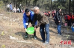 """大学生张立宇与爷爷一起浇水种下""""希望""""。 - 江苏新闻网"""