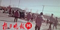 204国道惊险一幕:警民合力与死神赛跑30秒抬车救人 - 新浪江苏