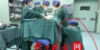 麻醉师产房内跪地为产妇按摩腿部 照片温暖了朋友圈 - 新浪江苏
