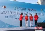 花样游泳世锦赛冠军现场互动,为参赛选手加油鼓劲。 黄莹 摄 - 江苏新闻网