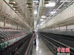 无锡一棉偌大的智能工厂中,仅需少数人工。 孙权 摄 - 江苏新闻网