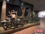 图为无锡乡镇企业发展之初,老旧的机器撑起人们进取的梦想。 孙权 摄 - 江苏新闻网