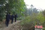 警方在村中搜寻。 合江警方供图 摄 - 新浪江苏