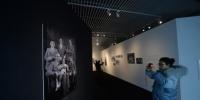 图为市民参观《历史·和 平·未来——马吉祖孙的南京影像》。 杨颜慈 摄 - 江苏新闻网