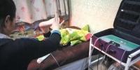 ▲1月16日晚,北京朝阳区石佛营路一家理疗店,技师正使用华林酸碱平生物电DDS 按摩器为记者疏通经脉,宣称能提高人体免疫力。 实习生 陈婉婷 摄 - 新浪江苏