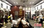 """图为扬州""""老字号""""紫罗兰美发厅,老规矩没有变,男女理发区域依旧区分开来。 崔佳明 摄 - 江苏新闻网"""