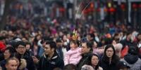 每逢元宵节,数十万游客涌入南京夫子庙景区观灯。图为在新春期间,景区游人如织。 泱波 摄 - 江苏新闻网