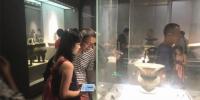图为市民参观南京博物院。 杨颜慈 摄 - 江苏新闻网