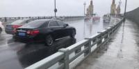 南京长江大桥上风雨大作。 徐珊珊 摄 - 江苏新闻网