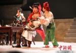 《画江湖之不良人-夺梦篇》爆笑舞台剧成为游客饭后的消遣佳处。 唐娟 摄 - 江苏新闻网