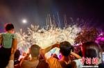 东方盐湖城的烟花大会现场,游客举起手机定格浪漫夜晚。 唐娟 摄 - 江苏新闻网