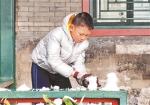 初雪过后,孩子在廊下堆起小雪人 汪震龙图 - 新浪江苏