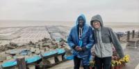 外籍友人雨中踏访盐城黄海湿地。 谷华 摄 - 江苏新闻网