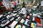 江苏第七批援湖北医疗队收拾行装,准备出发。 江苏省人民医院供图 - 江苏新闻网