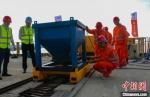 南京五桥合龙段的湿接缝浇筑。(资料图) 赵振宇 摄 - 江苏新闻网