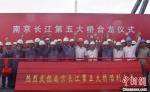 28日上午,大雨中的合龙现场。 赵振宇 摄 - 江苏新闻网