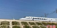 高铁行驶在新开通的沪苏通铁路上。张家港市委宣传部供图 - 江苏新闻网