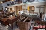展厅内陈列的老旧家什,承载着浓浓的乡愁记忆。 泱波 摄 - 江苏新闻网