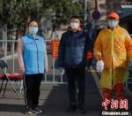"""疫情发生后,南京全市56万余名党员干部、公安干警、社区工作者、网格员和5万多名医卫人员夜以继日、奋战一线,用27天实现本土确诊病例""""零增长""""。(资料图) 泱波 摄 - 江苏新闻网"""