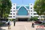 慕名前来的外地游客,在扬州市委市政府机关大院内打卡。 崔佳明 摄 - 江苏新闻网