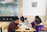 游客在扬州市机关食堂品淮扬美食。 崔佳明 摄 - 江苏新闻网