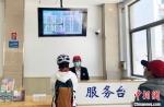 游客在扬州市机关食堂排队购票就餐。 崔佳明 摄 - 江苏新闻网