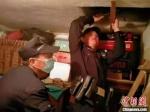 30日晚,海门区一孤寡老人家中的天井盖被大风吹走。图为辖区万年派出所民警上门帮助。 警方供图 - 江苏新闻网