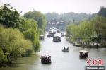 瘦西湖湖面上游船如织。 孟德龙 摄 - 江苏新闻网