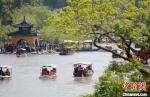 瘦西湖景区钓鱼台前人头攒动。 孟德龙 摄 - 江苏新闻网