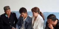 谢某江与家人一起观看儿时照片。 周庆鹏 摄 - 江苏新闻网