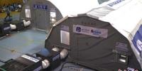 正在搭建中的移动负压医学检验实验室。 泱波 摄 - 江苏新闻网